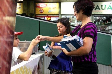 Folhetos informativos foram distribuídos na rodoviária de Belo Horizonte. (Foto: Verona Manevy / Imprensa MG)